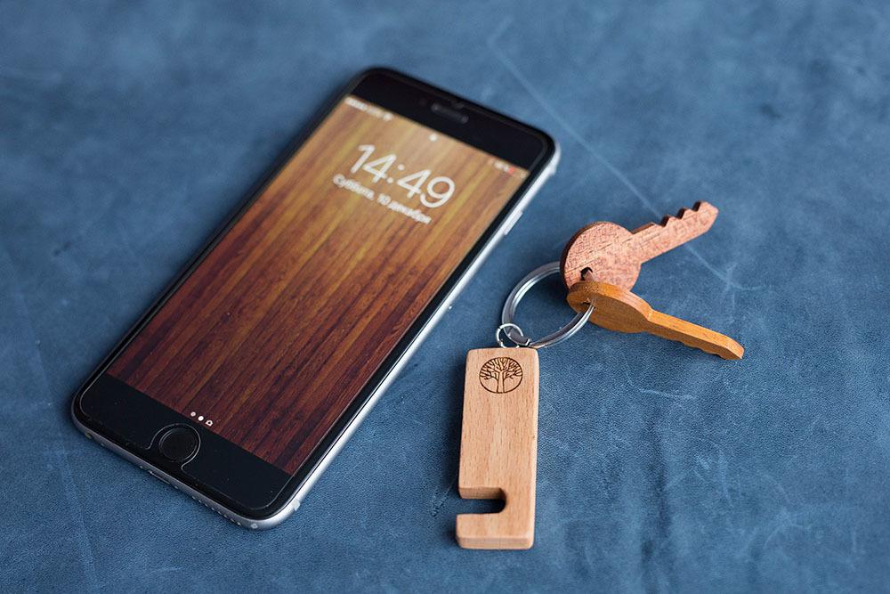 Компактная подставка брелок для смартфона из древесины бука. Подходит для любого телефона. Отличный подарок. Гравировка имени или логотипа.