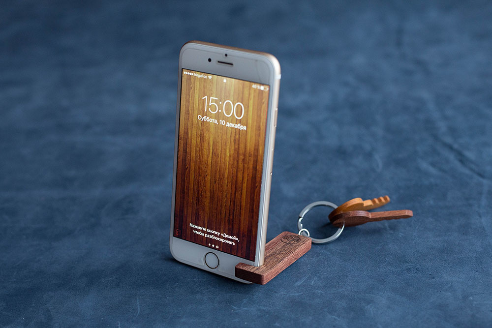 Подставка из дерева для смартфона. Массив африканской сапеле. Под любой размер смартфона. Лучший подарок. Гравировка имени или логотипа.