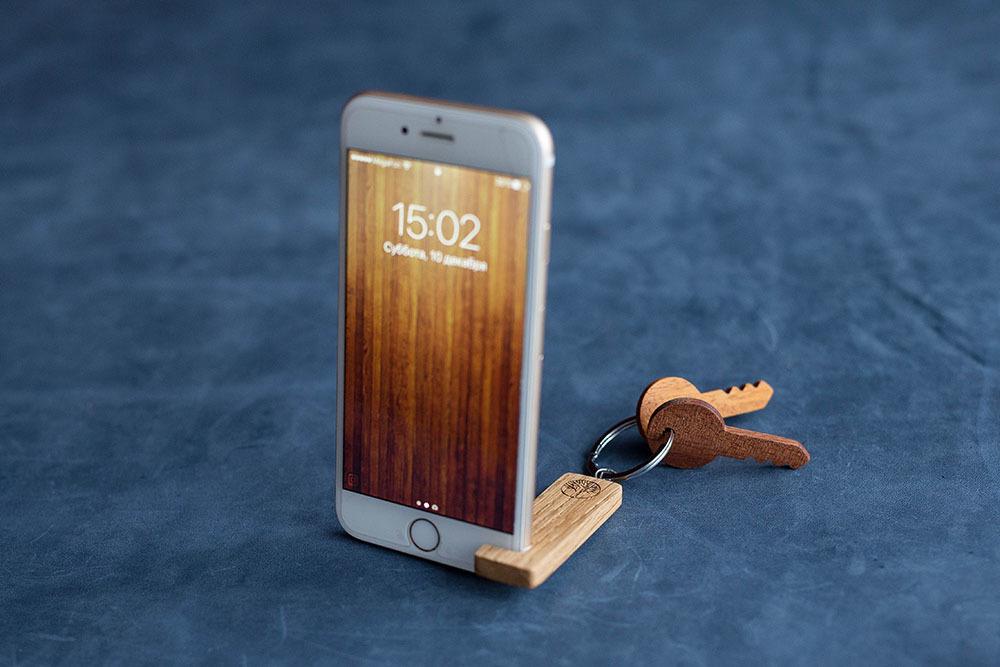 Брелок-держатель для любого смартфона. Настоящая древесина канадского дуба. Незаменимый подарок. Гравировка имени или логотипа. Нужен всем.