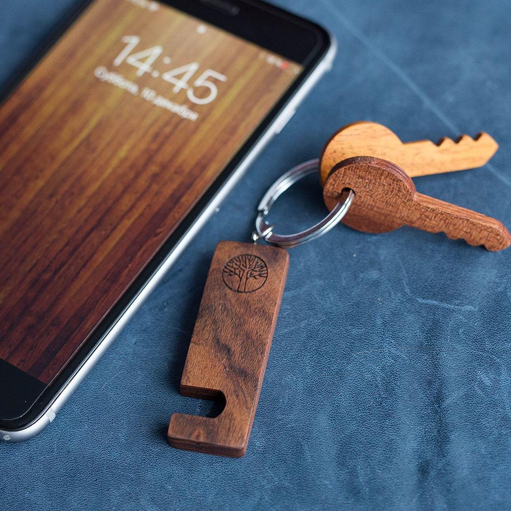 Брелок-подставка для просмотра фильмов на смартфоне. Из экзотической древесины палисандра. Гравировка имени или логотипа. Нужен всем. TW-HolderRosewood