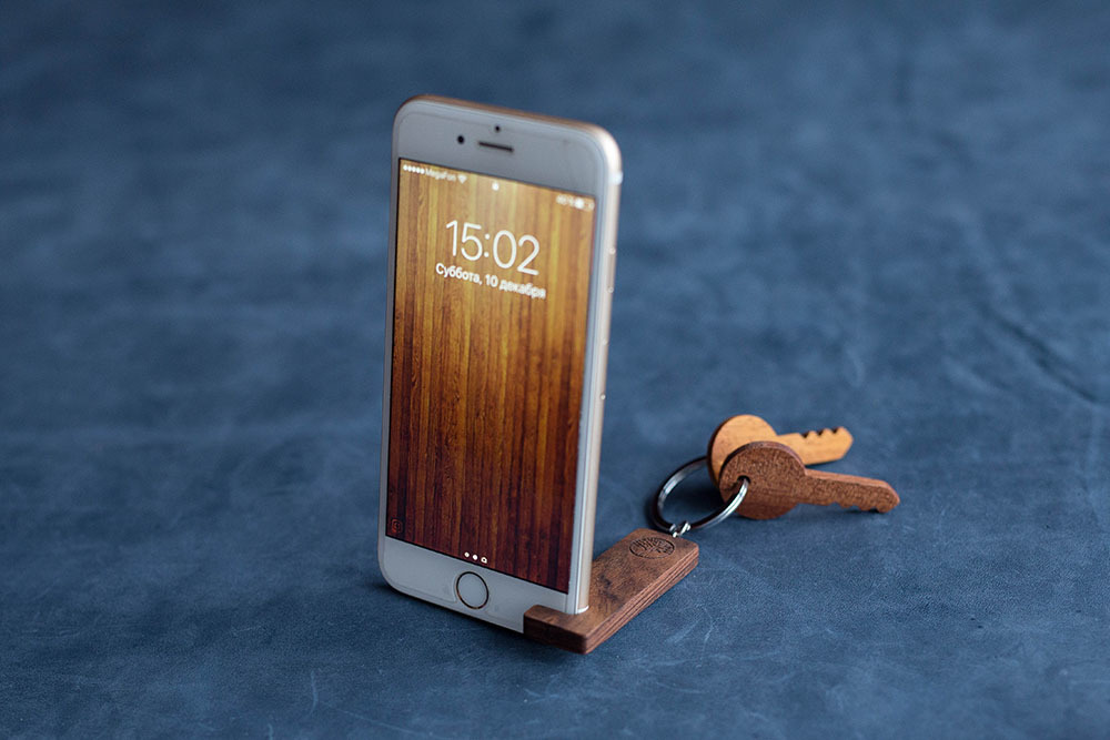 Брелок-подставка для просмотра фильмов на смартфоне. Из экзотической древесины палисандра. Гравировка имени или логотипа. Нужен всем.