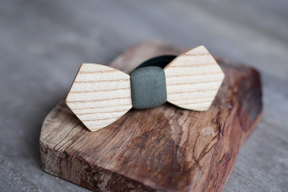 Галстук-бабочка из дерева с вставкой из льна цвета хаки. Массив дальневосточного ясеня
