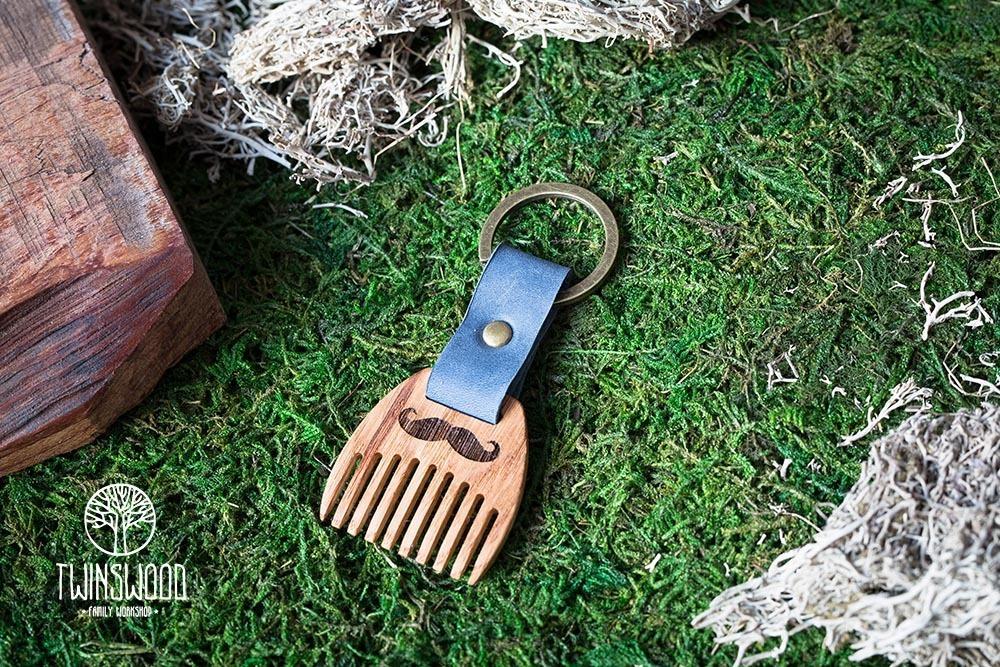 Деревянный гребень из дуба для бороды и усов. Расческа для волос с именной гравировкой. Настоящая древесина и натуральная кожа.