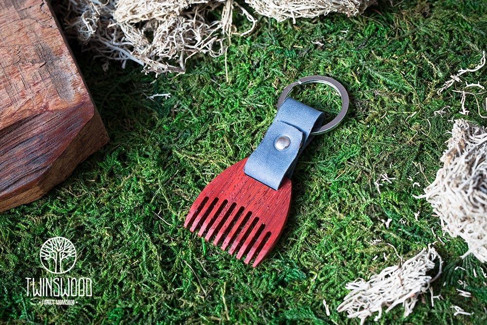 Деревянный гребень из падука для бороды и усов. Расческа для волос с именной гравировкой. Настоящая древесина и натуральная кожа.