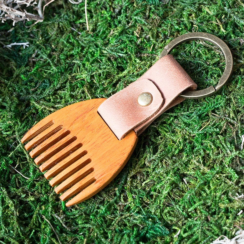 Деревянный гребень из кусии для бороды и усов. Расческа для волос с именной гравировкой. Настоящая древесина и натуральная кожа. TW-BeardKusia