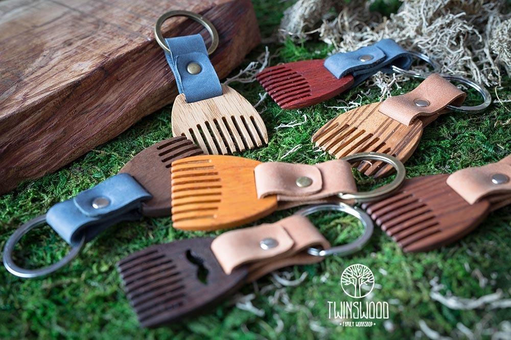 Деревянный гребень из кусии для бороды и усов. Расческа для волос с именной гравировкой. Настоящая древесина и натуральная кожа.