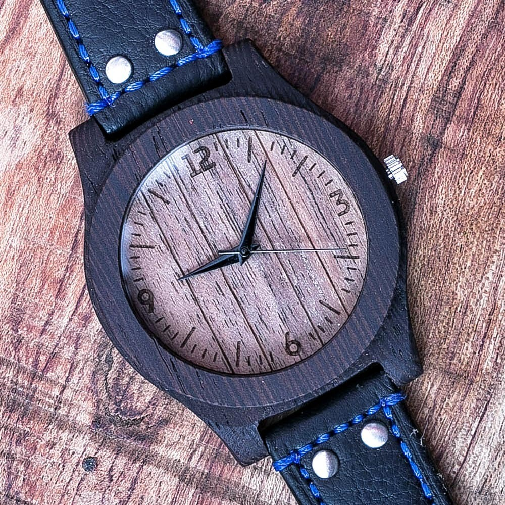 Деревянные часы из венге. Циферблат - орех. Итальянский премиум  ремешок из настоящей кожи черного цвета с синей прошивкой. Персональная гравировка. Подарочная упаковка TW-WengeBlackBlue