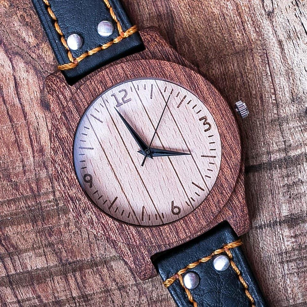 Наручные деревянные часы из сапеле. Циферблат - бук. Итальянский премиум  ремешок из настоящей кожи черного цвета с контрастной прошивкой. Персональная гравировка. Подарочная упаковка TW-SapeleBlackY