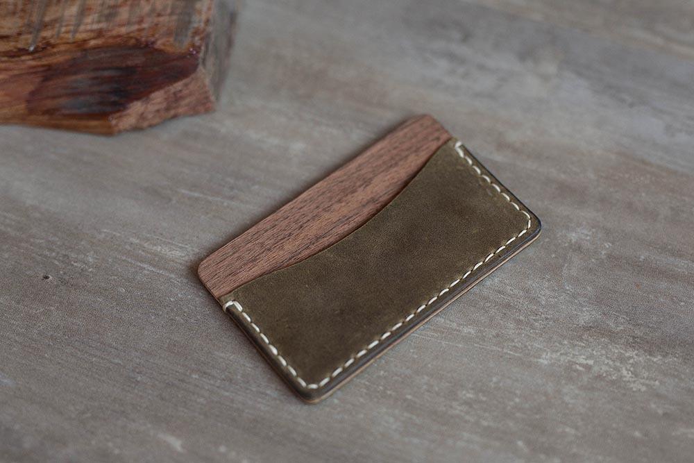 Кошелек из кожи и древесины ореха. Мини кошелек. Два кармана на 1-6 карт и купюр. Гравировка имени или логотипа