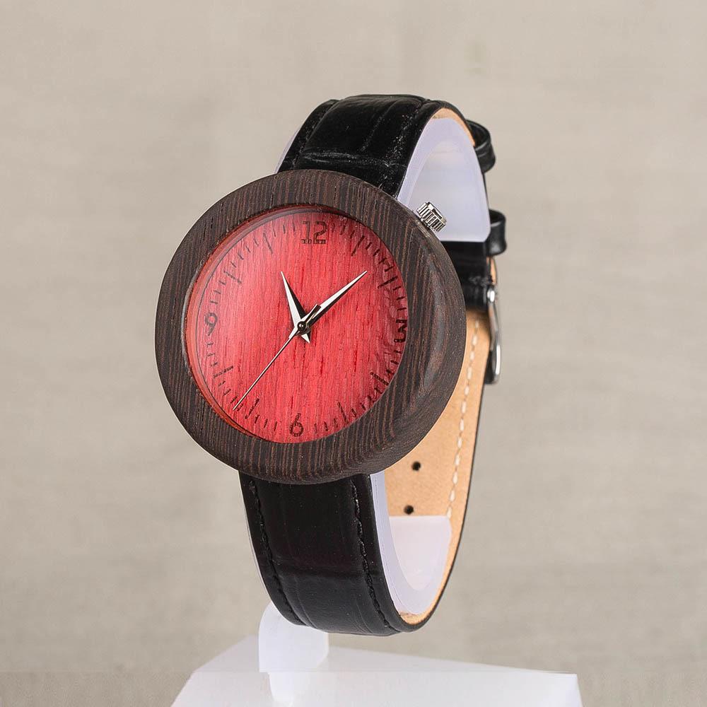 Женские деревянные часы из венге. Красный циферблат. Черный ремешок из настоящей кожи. Персональная гравировка. Подарочная упаковка TWW-WengeRed