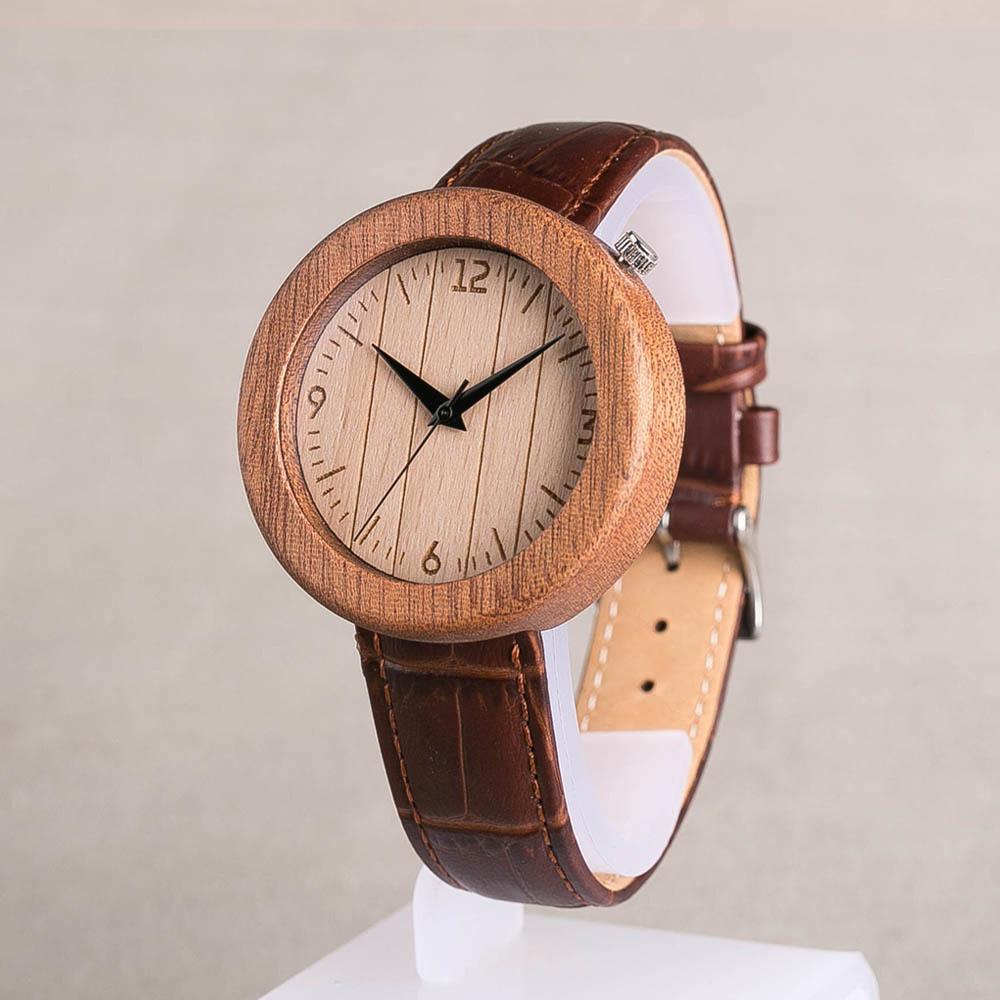 Деревянные женские часы. Корпус - сапеле. Циферблат из бука. Коричневый ремешок из настоящей кожи. Персональная гравировка. Подарочная упаковка TWW-SapeleBrown2