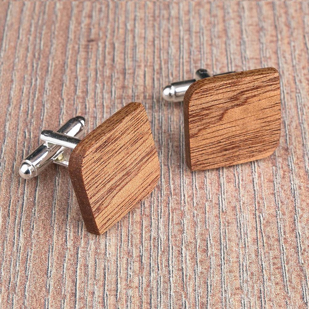 Деревянные запонки из массива африканского сапеле. Форма - скругленный прямоугольник. Три цвета фурнитуры на выбор. Гравировка инициалов или логотипа. Упаковка в комплекте TwinsCufflinks-SapeleRoundSqr