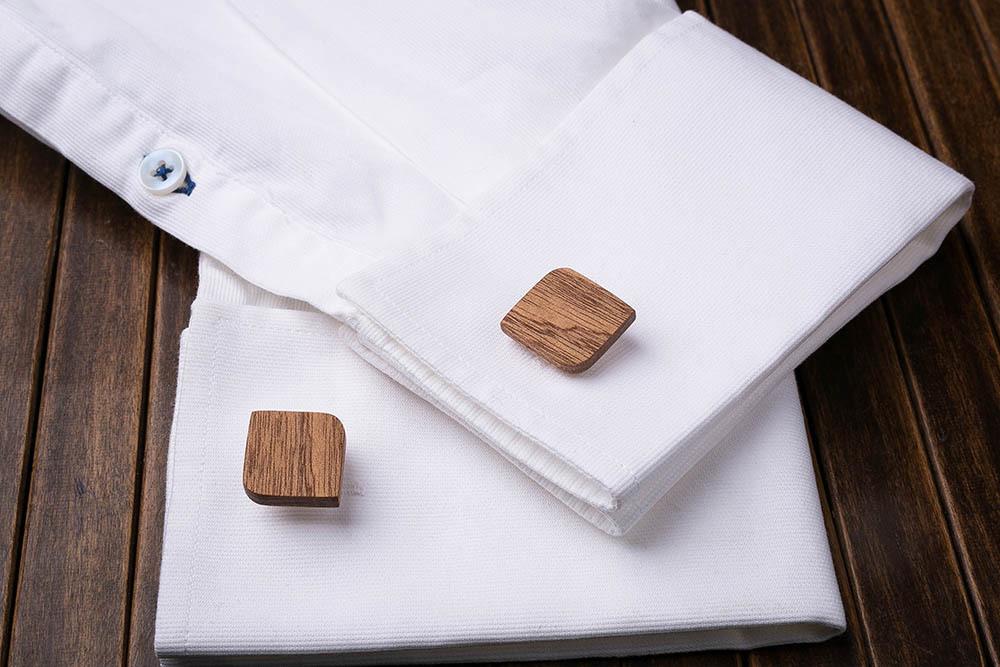 Деревянные запонки из массива африканского сапеле. Форма - скругленный прямоугольник. Три цвета фурнитуры на выбор. Гравировка инициалов или логотипа. Упаковка в комплекте