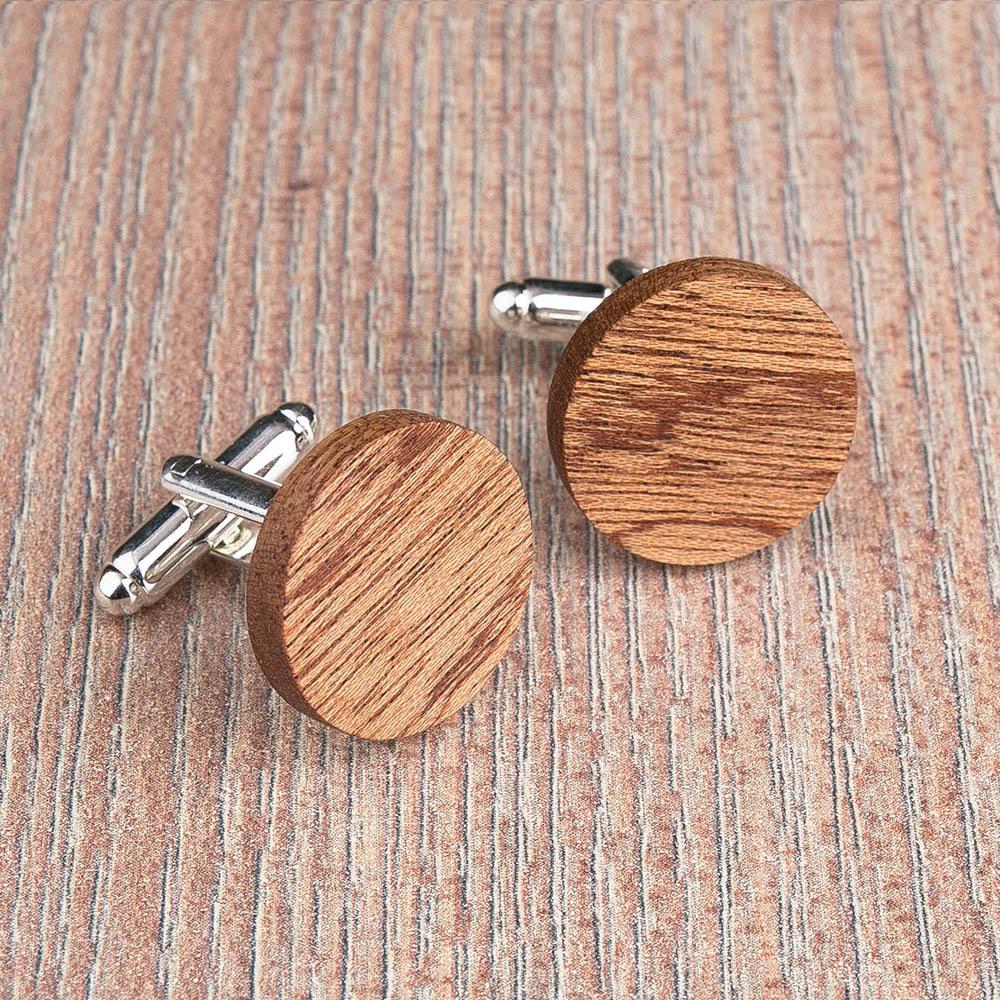 Круглые деревянные запонки из массива африканского сапеле. Три цвета фурнитуры на выбор. Гравировка инициалов или логотипа. Упаковка в комплекте TwinsCufflinks-SapeleRound