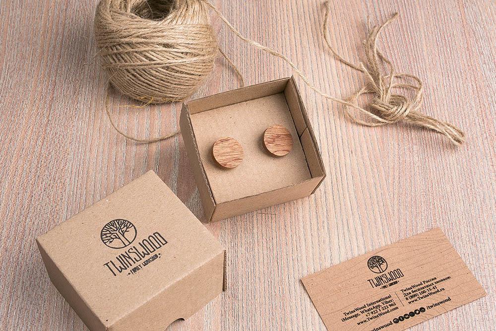 Круглые деревянные запонки из массива африканского сапеле. Три цвета фурнитуры на выбор. Гравировка инициалов или логотипа. Упаковка в комплекте