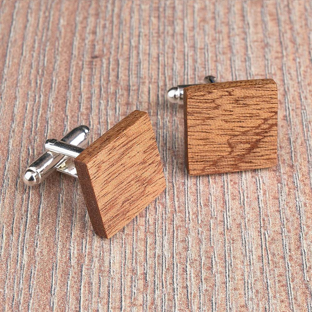 Квадратные деревянные запонки из массива африканского сапеле. Три цвета фурнитуры на выбор. Гравировка инициалов или логотипа. Упаковка в комплекте TwinsCufflinks-SapeleSquare