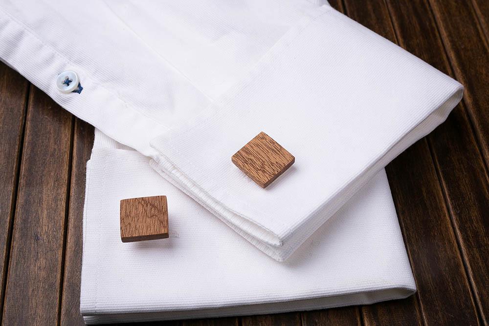 Квадратные деревянные запонки из массива африканского сапеле. Три цвета фурнитуры на выбор. Гравировка инициалов или логотипа. Упаковка в комплекте