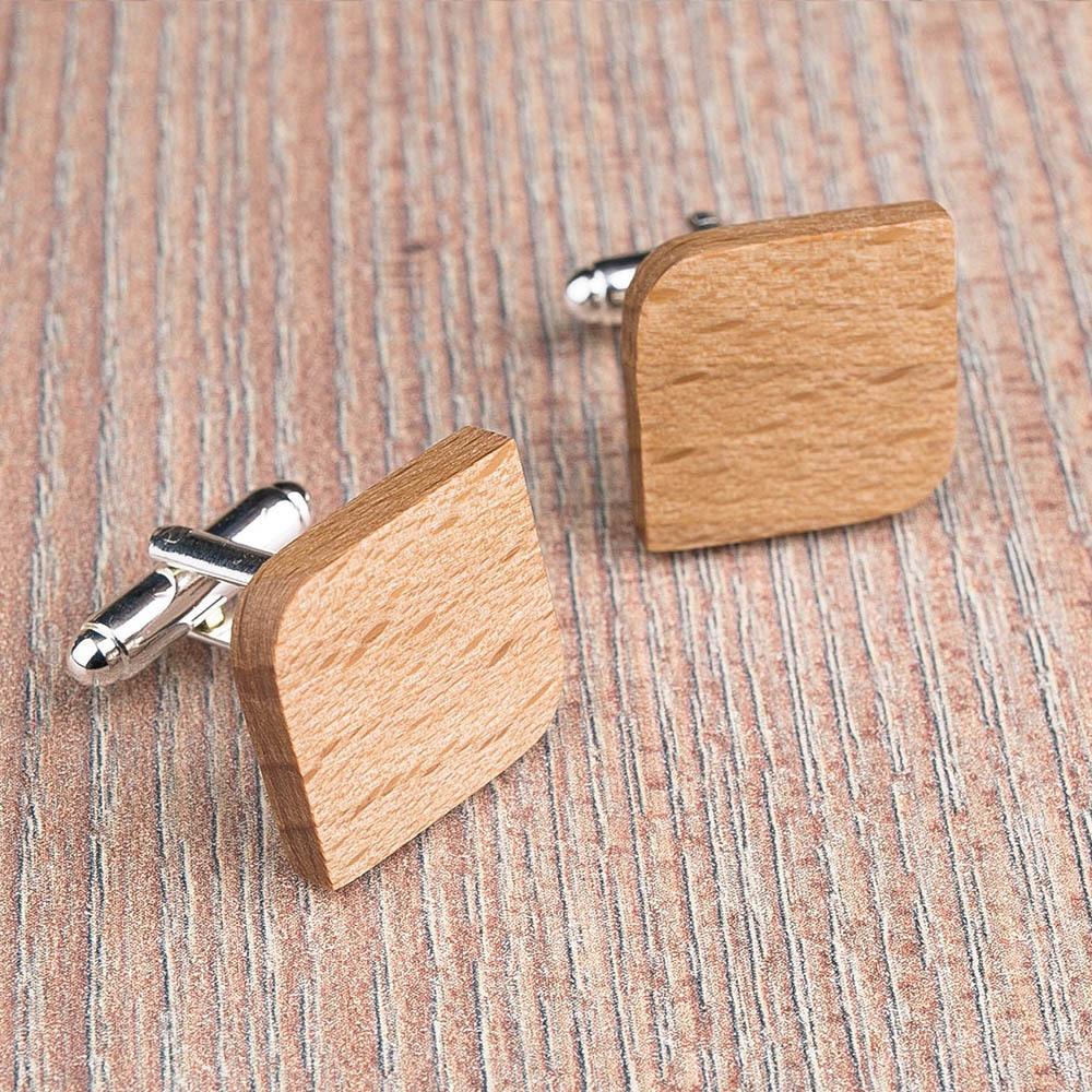 Деревянные запонки из массива бука. Форма - скругленный прямоугольник. Три цвета фурнитуры на выбор. Гравировка инициалов или логотипа. Упаковка в комплекте TwinsCufflinks-BeechRoundSqr