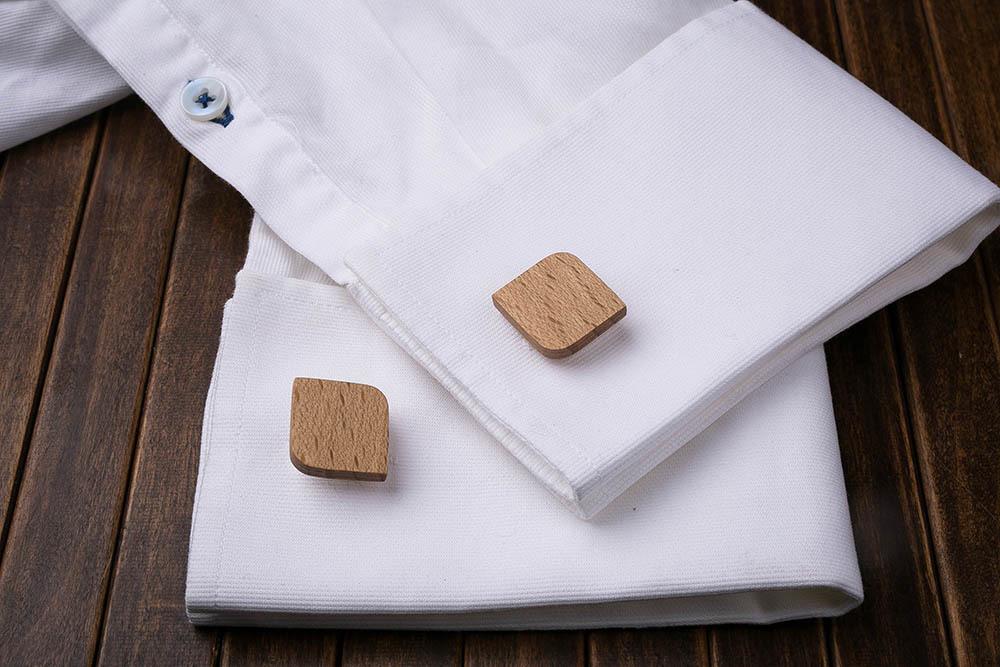 Деревянные запонки из массива бука. Форма - скругленный прямоугольник. Три цвета фурнитуры на выбор. Гравировка инициалов или логотипа. Упаковка в комплекте