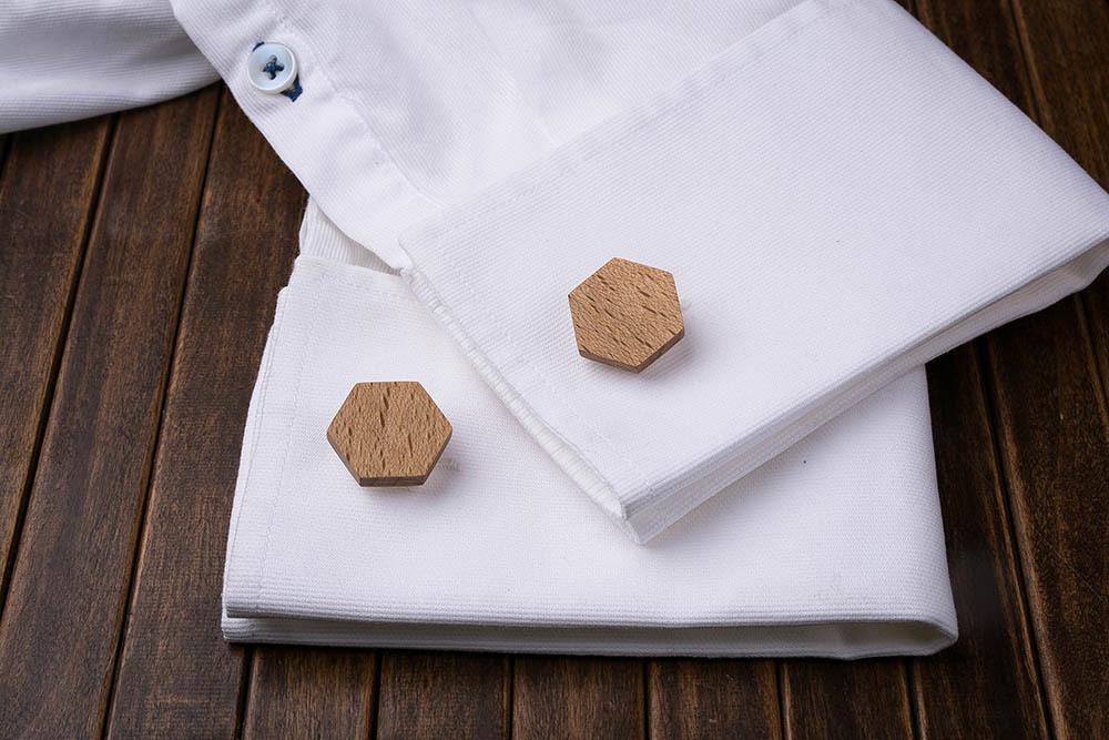 Шестиугольные деревянные запонки из массива бука. Три цвета фурнитуры на выбор. Гравировка инициалов или логотипа. Упаковка в комплекте