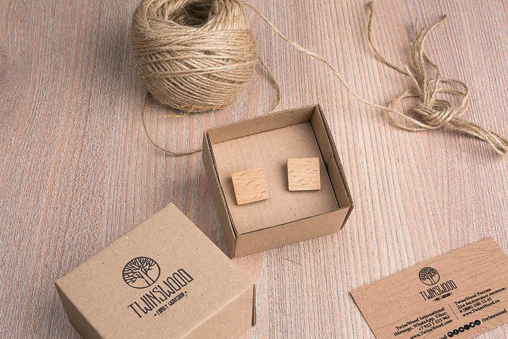 Квадратные деревянные запонки из массива бука. Три цвета фурнитуры на выбор. Гравировка инициалов или логотипа. Упаковка в комплекте