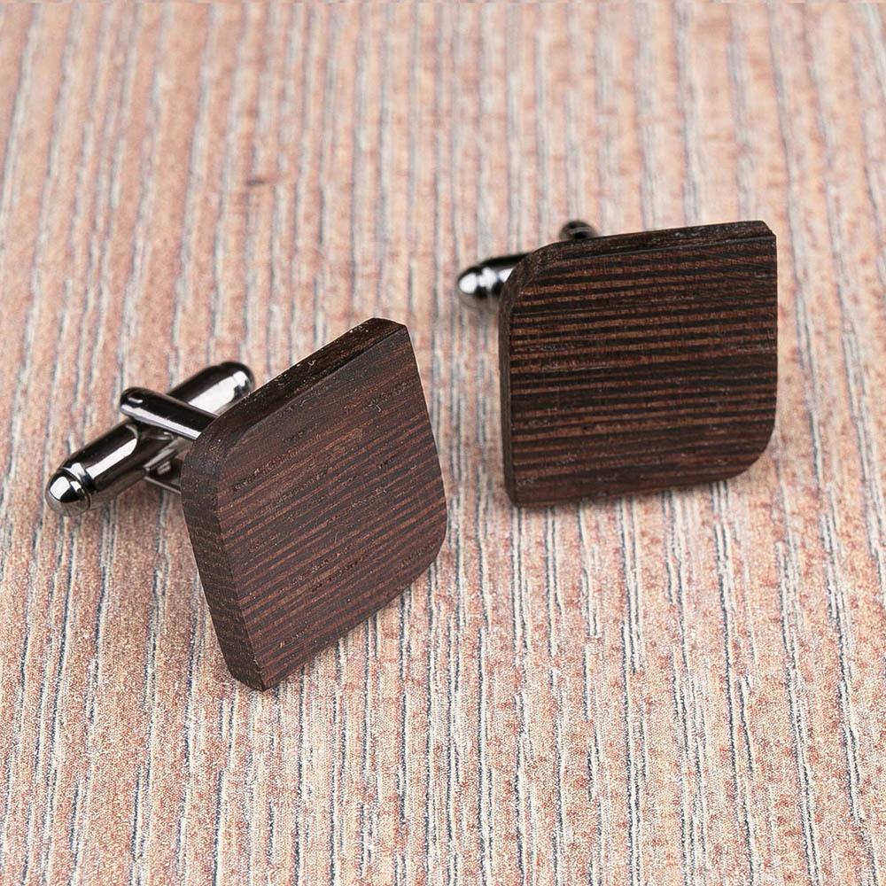Деревянные запонки из массива африканского венге. Форма - скругленный прямоугольник. Три цвета фурнитуры на выбор. Гравировка инициалов или логотипа. Упаковка в комплекте TwinsCufflinks-WengeRoundSqr