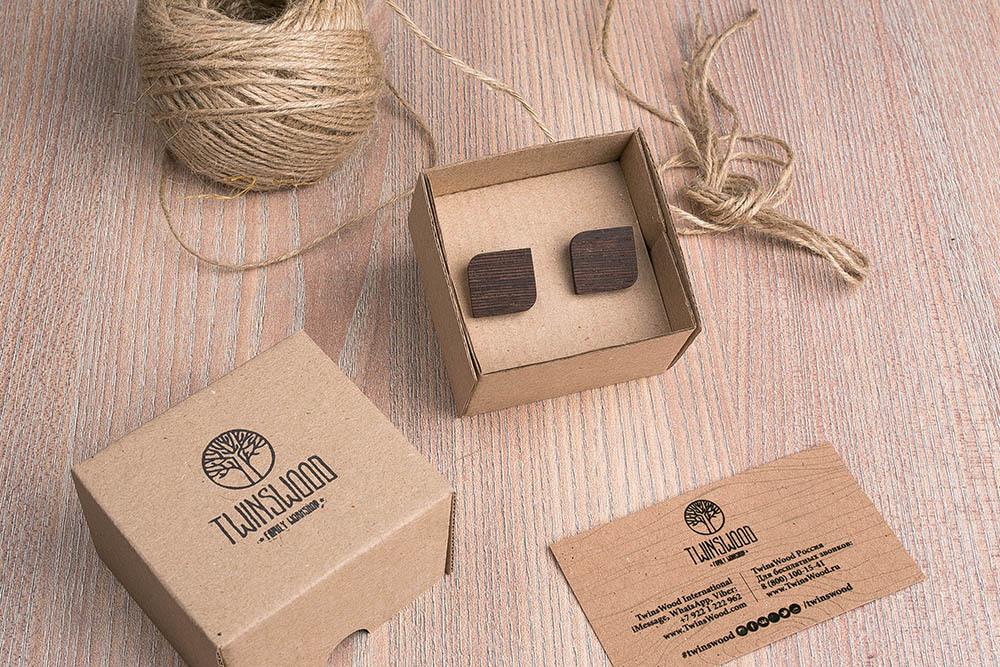 Деревянные запонки из массива африканского венге. Форма - скругленный прямоугольник. Три цвета фурнитуры на выбор. Гравировка инициалов или логотипа. Упаковка в комплекте