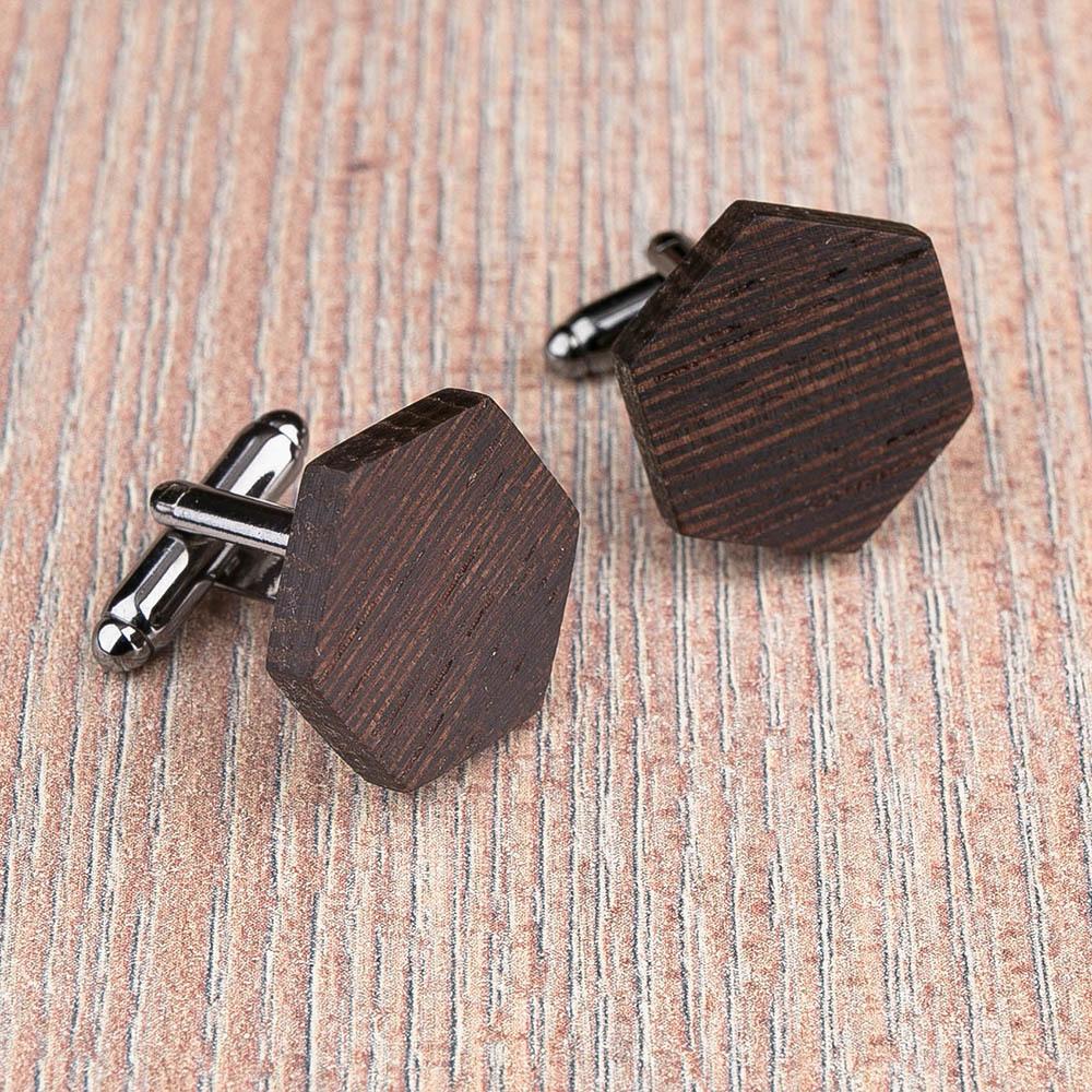 Шестиугольные деревянные запонки из массива африканского венге. Три цвета фурнитуры на выбор. Гравировка инициалов или логотипа. Упаковка в комплекте TwinsCufflinks-WengeHexagon