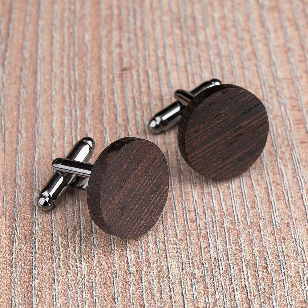 Круглые деревянные запонки из массива африканского венге. Три цвета фурнитуры на выбор. Гравировка инициалов или логотипа. Упаковка в комплекте TwinsCufflinks-WengeRound