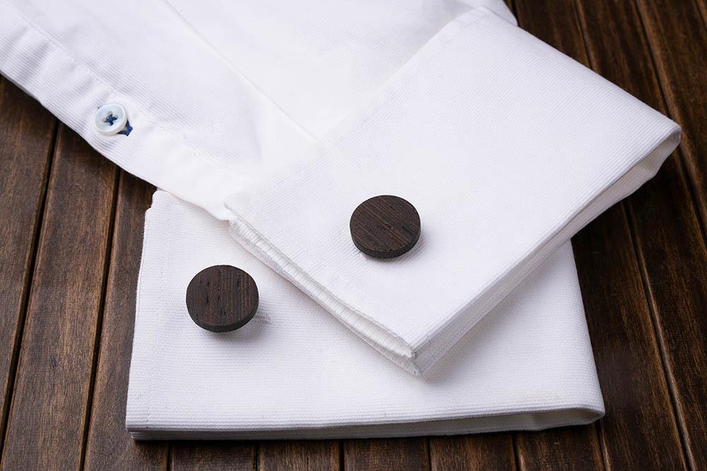 Круглые деревянные запонки из массива африканского венге. Три цвета фурнитуры на выбор. Гравировка инициалов или логотипа. Упаковка в комплекте