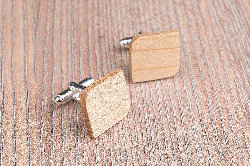 Деревянные запонки из массива клена. Форма - скругленный прямоугольник. Три цвета фурнитуры на выбор. Гравировка инициалов или логотипа. Упаковка в комплекте