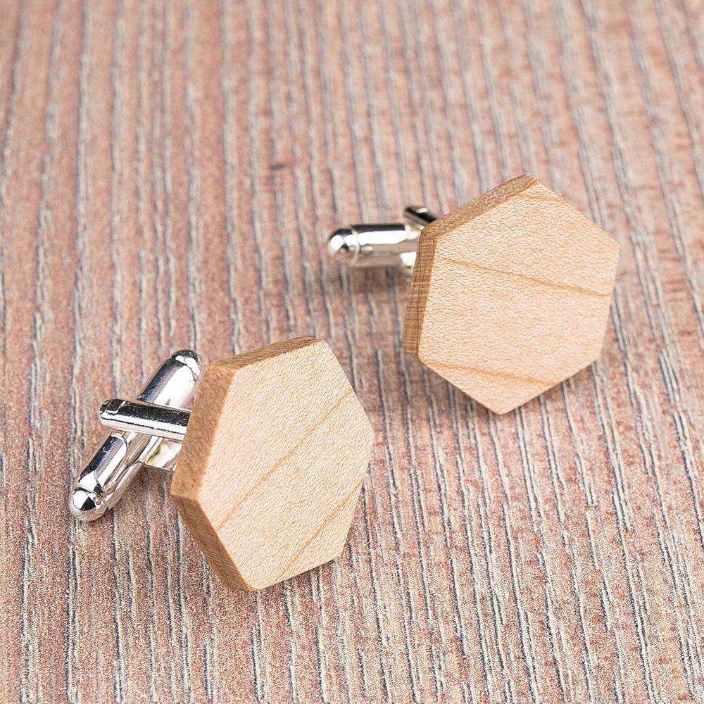 Шестигранные деревянные запонки из массива клена. Три цвета фурнитуры на выбор. Гравировка инициалов или логотипа. Упаковка в комплекте TwinsCufflinks-MapleHexagon