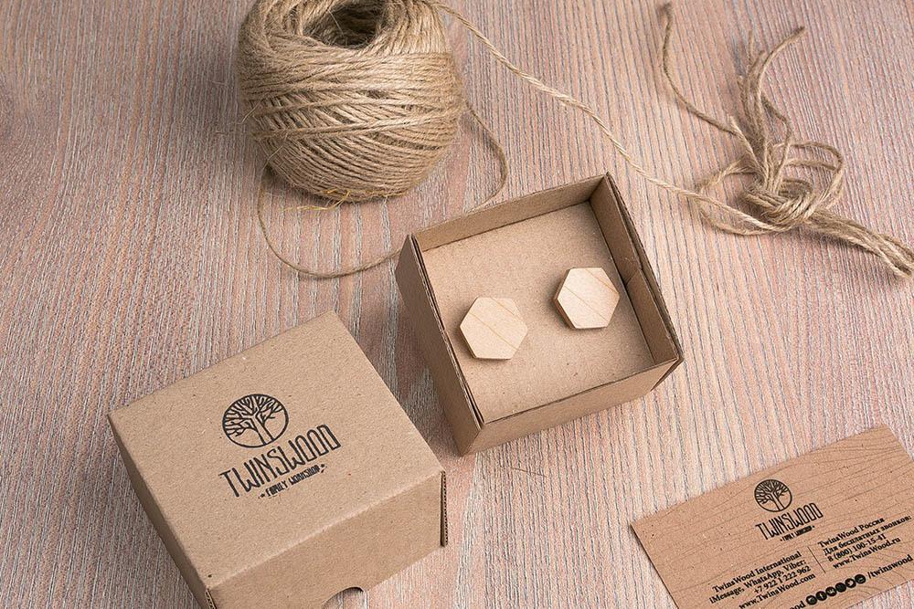 Шестигранные деревянные запонки из массива клена. Три цвета фурнитуры на выбор. Гравировка инициалов или логотипа. Упаковка в комплекте