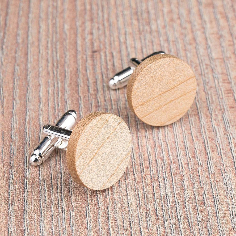 Круглые деревянные запонки из массива клена. Три цвета фурнитуры на выбор. Гравировка инициалов или логотипа. Упаковка в комплекте TwinsCufflinks-MapleRound