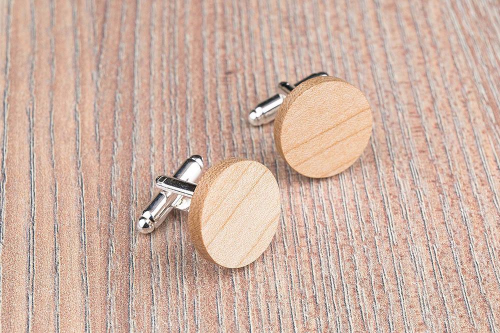 Круглые деревянные запонки из массива клена. Три цвета фурнитуры на выбор. Гравировка инициалов или логотипа. Упаковка в комплекте