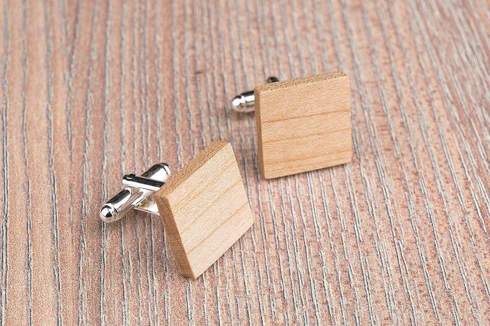 Квадратные деревянные запонки из массива клена. Три цвета фурнитуры на выбор. Гравировка инициалов или логотипа. Упаковка в комплекте