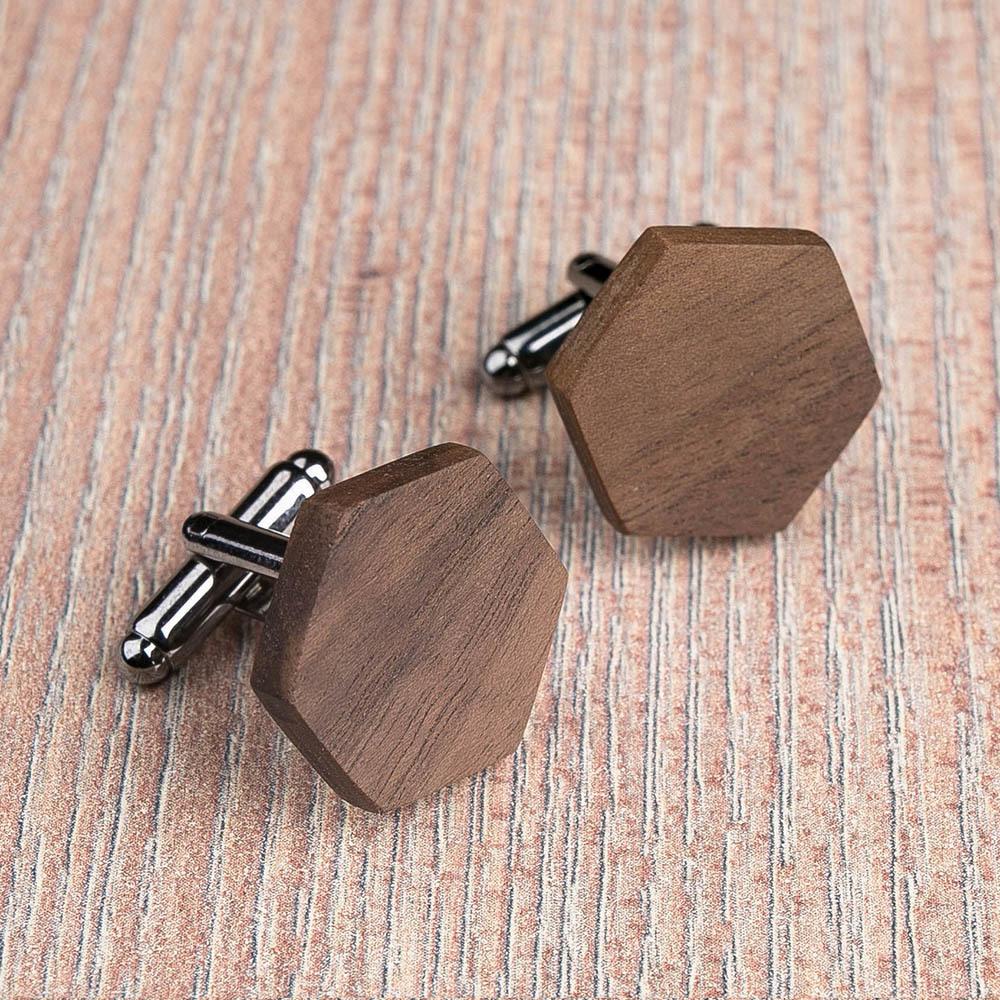 Шестиугольные деревянные запонки из массива американского ореха. Три цвета фурнитуры на выбор. Гравировка инициалов или логотипа. Упаковка в комплекте TwinsCufflinks-WalnutHexagon