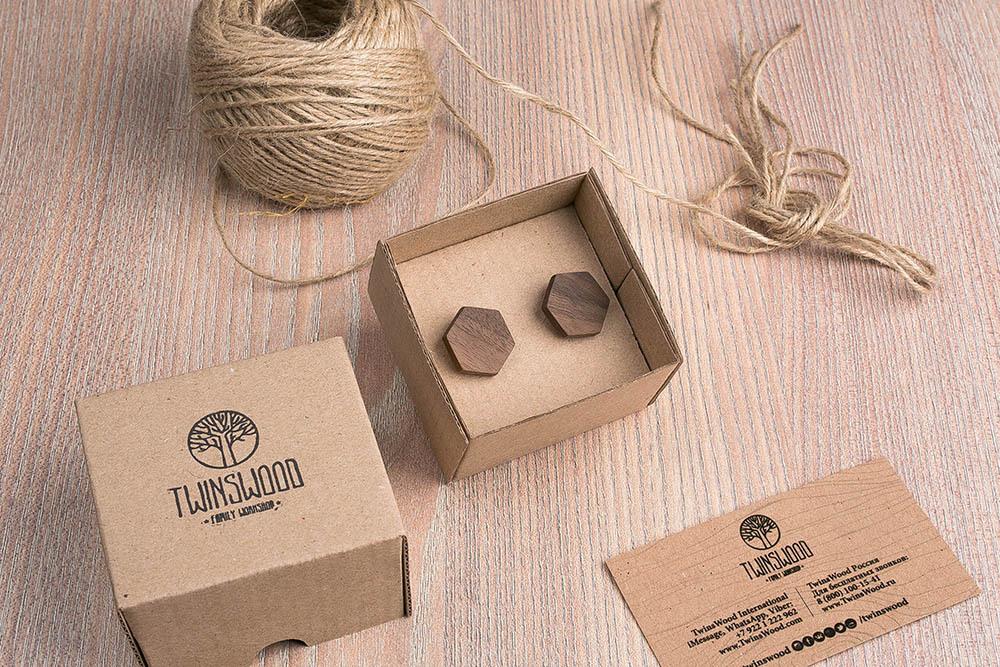Шестиугольные деревянные запонки из массива американского ореха. Три цвета фурнитуры на выбор. Гравировка инициалов или логотипа. Упаковка в комплекте