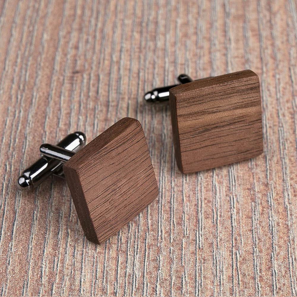 Квадратные деревянные запонки из массива американского ореха. Три цвета фурнитуры на выбор. Гравировка инициалов или логотипа. Упаковка в комплекте TwinsCufflinks-WalnutSquare