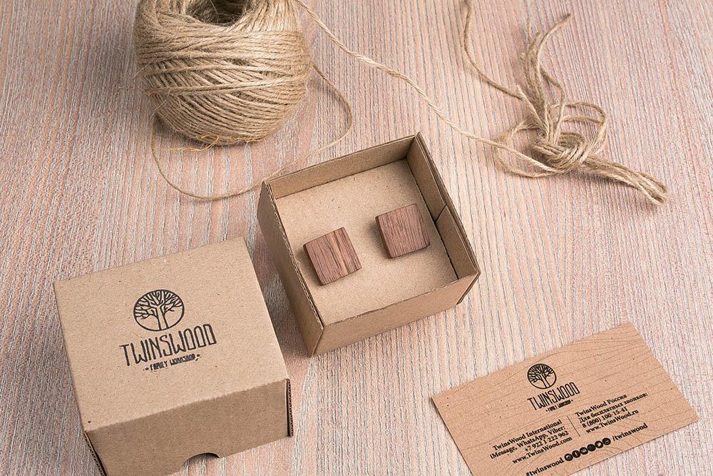 Квадратные деревянные запонки из массива американского ореха. Три цвета фурнитуры на выбор. Гравировка инициалов или логотипа. Упаковка в комплекте