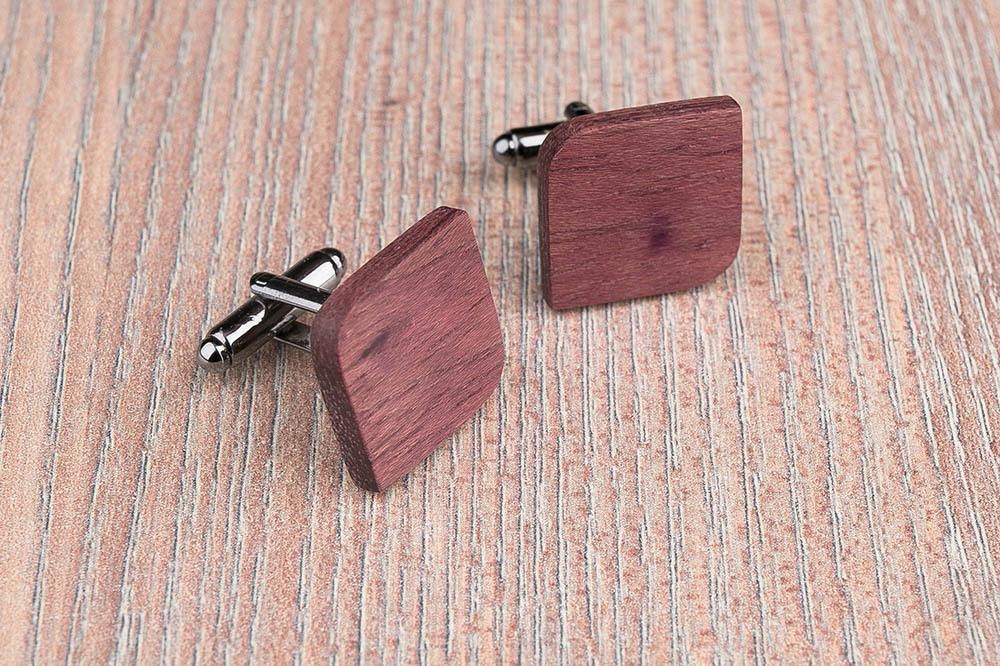 Деревянные запонки из массива амаранта. Форма - скругленный прямоугольник. Три цвета фурнитуры на выбор. Гравировка инициалов или логотипа. Упаковка в комплекте