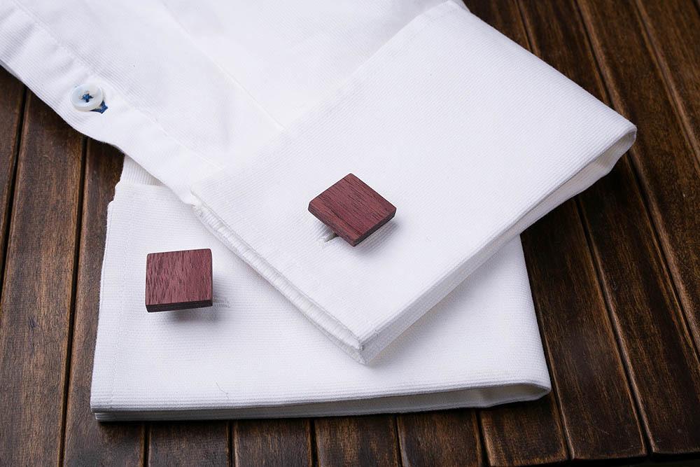 Квадратные деревянные запонки из массива амаранта. Три цвета фурнитуры на выбор. Гравировка инициалов или логотипа. Упаковка в комплекте