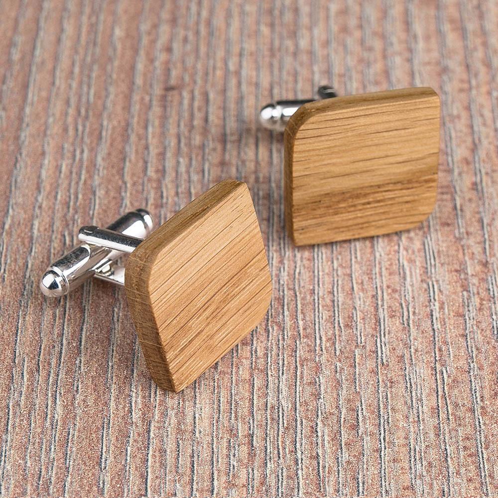 Деревянные запонки из массива дуба. Форма - скругленный прямоугольник. Три цвета фурнитуры на выбор. Гравировка инициалов или логотипа. Упаковка в комплекте TwinsCufflinks-OakRoundSqr