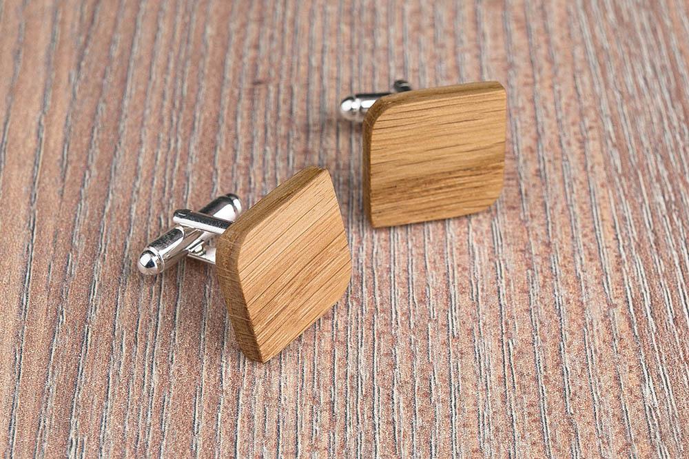Деревянные запонки из массива дуба. Форма - скругленный прямоугольник. Три цвета фурнитуры на выбор. Гравировка инициалов или логотипа. Упаковка в комплекте