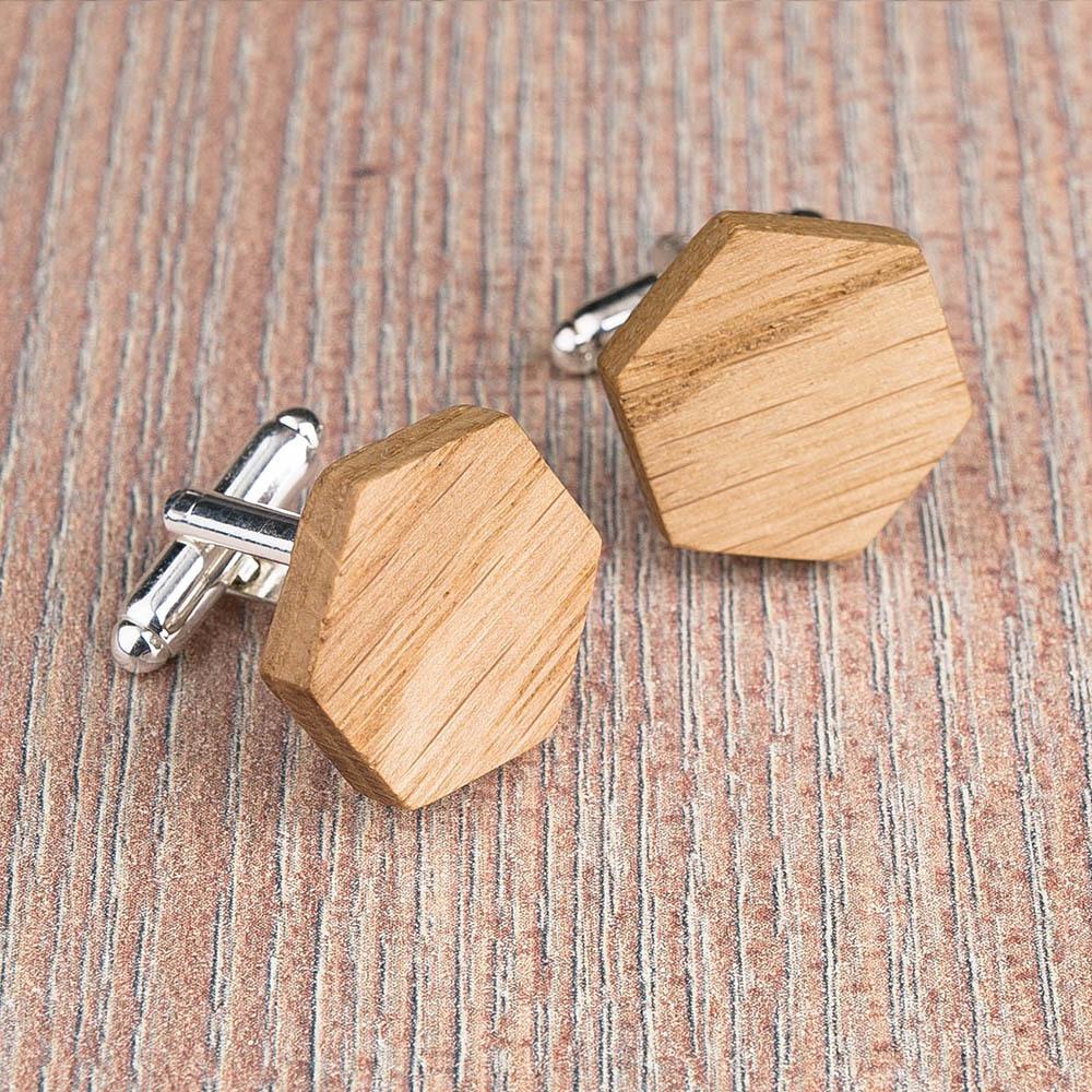 Шестигранные деревянные запонки из массива дуба. Три цвета фурнитуры на выбор. Гравировка инициалов или логотипа. Упаковка в комплекте TwinsCufflinks-OakHexagon