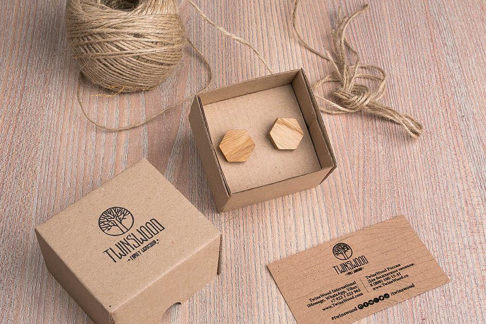 Шестигранные деревянные запонки из массива дуба. Три цвета фурнитуры на выбор. Гравировка инициалов или логотипа. Упаковка в комплекте