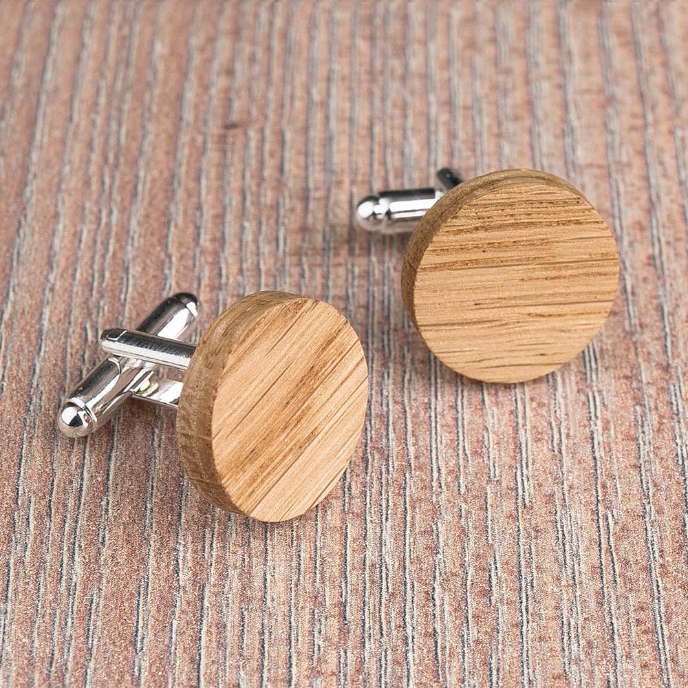 Круглые деревянные запонки из массива дуба. Три цвета фурнитуры на выбор. Гравировка инициалов или логотипа. Упаковка в комплекте TwinsCufflinks-OakRound