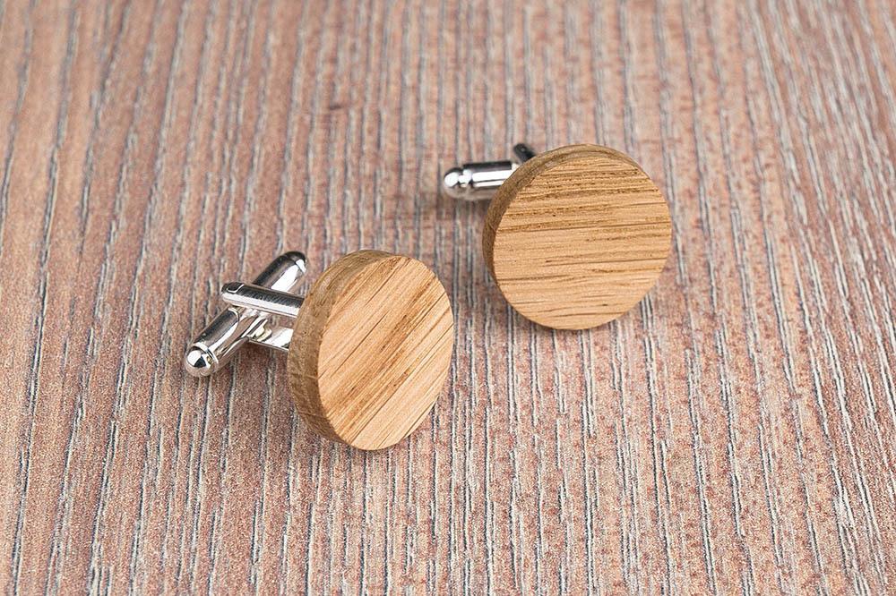 Круглые деревянные запонки из массива дуба. Три цвета фурнитуры на выбор. Гравировка инициалов или логотипа. Упаковка в комплекте