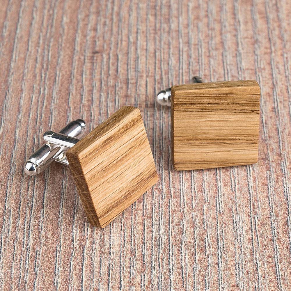 Квадратные деревянные запонки из массива дуба. Три цвета фурнитуры на выбор. Гравировка инициалов или логотипа. Упаковка в комплекте TwinsCufflinks-OakSquare