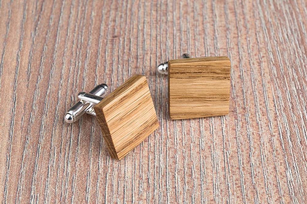 Квадратные деревянные запонки из массива дуба. Три цвета фурнитуры на выбор. Гравировка инициалов или логотипа. Упаковка в комплекте